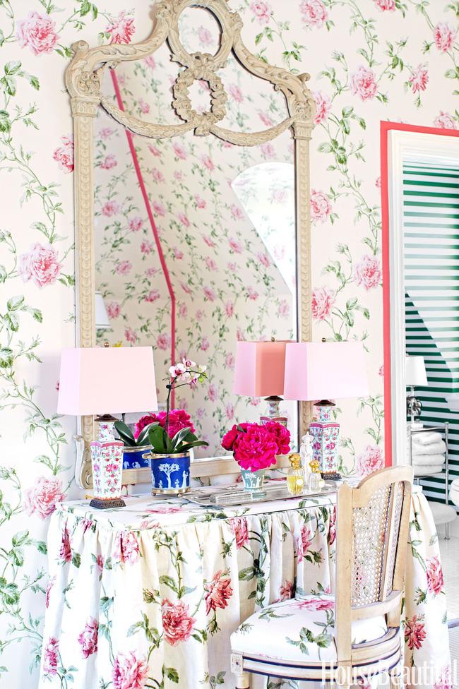 Ghế và bàn trang điểm được thiết kế vô cùng duyên dáng, ăn ý. Giấy dán tường tràn ngập họa tiết hoa lá xinh tươi cũng được phối hợp hợp lý. Thiết kế này quá đỗi phù hợp không gian phòng khách và phòng ngủ, biến căn nhà bạn ngập tràn trong hoa. Giữa không gian ấy bài trí thêm lọ hoa tươi tương đồng màu sắc thì thật hết ý.