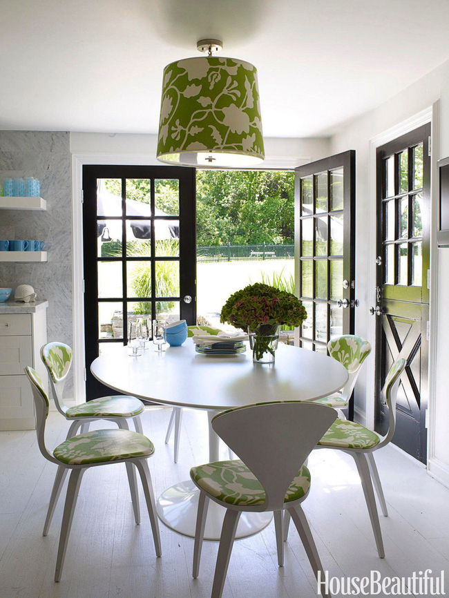 Không cần phải cắm hoa cầu kỳ, bọc ghế bàn cùng khung đèn đồng màu họa tiết hoa trắng nền xanh đủ khiến không gian nơi đây trở nên mát mẻ.