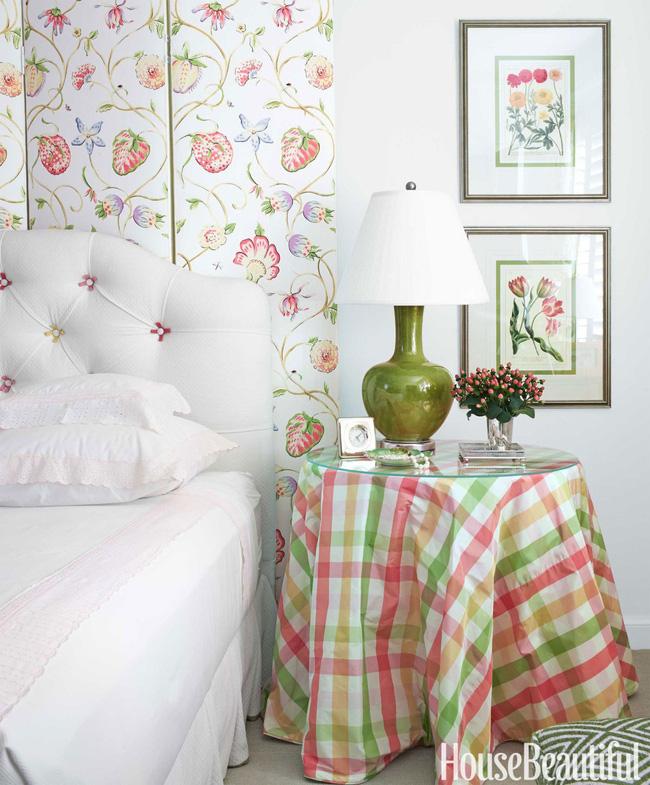Trong không gian phòng ngủ, tường trắng không cần sử dụng hết giấy dán tường. Chỉ cần dán đúng vị trí đầu giường, kết hợp khan trải bàn với sắc màu tương đồng. Những bức tranh treo hoa lá trên tường cũng ăn ý hết sảy. Bạn bài trí thêm lọ hoa trang trí trên bàn, nơi này hiện lên như góc sống của nàng thơ vậy.