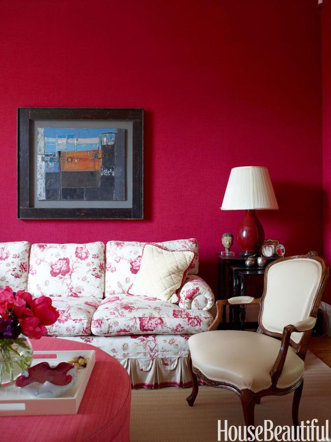 Ghế sofa trở nên hấp dẫn, tươi mới hơn bao giờ hết nhờ hệ thống bọc lót toàn hoa sặc sỡ. Đừng quên bài trí một lọ hoa có sắc màu đậm đà tương tự như vậy vừa hợp ghế sofa vừa khiến tường nhà màu đỏ hồng thêm ấn tượng nhé!