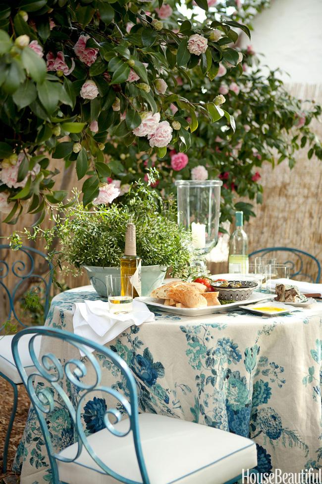 Thêm một chút hoa lá đầy sức sống của mùa xuân cho bàn ăn của bạn. Hoa trà rủ xuống bàn ăn, bên trên bàn trải khăn in hoa ấn tượng càng khiến không gian bừng sáng.