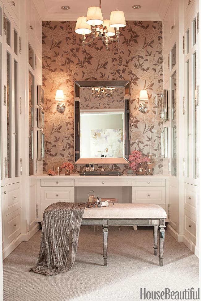 Trang trí hoa trên tường qua giấy dán tường cùng gương chiếu sáng, mang lại sự quyến rũ cho căn phòng.
