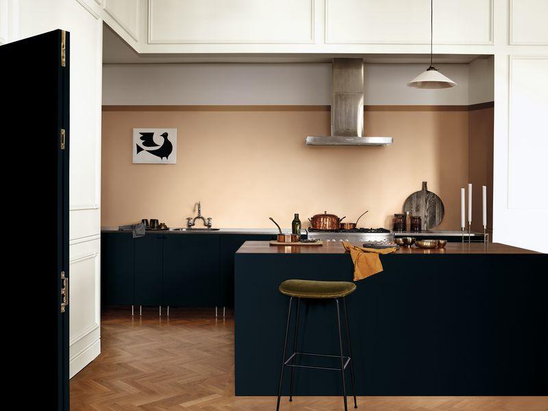 Nếu người mẹ có cá tính mạnh mẽ, công việc thành đạt thì căn bếp cũng phải thể hiện được điều ấy. Thiết kế bếp hiện đại theo phong cách quầy bar với tông màu đen – xanh navy đậm là một gợi ý.