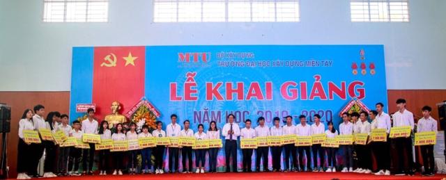 Thứ trưởng Nguyễn Đình Toàn trao học bổng cho các sinh viên