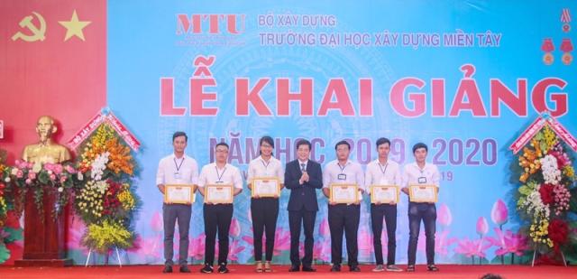 TS Nguyễn Văn Xuân - Hiệu trưởng MTU trao giấy khen cho các sinh viên đạt thành tích tại  cuộc thi Olympic cơ học toàn quốc năm 2019 và các sinh viên đạt giải Nhất cuộc thi sinh viên với kỹ năng quản lý tài chính