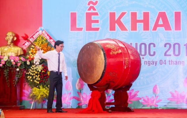 Thứ trưởng Nguyễn Đình Toàn đánh trống khai giảng năm học mới