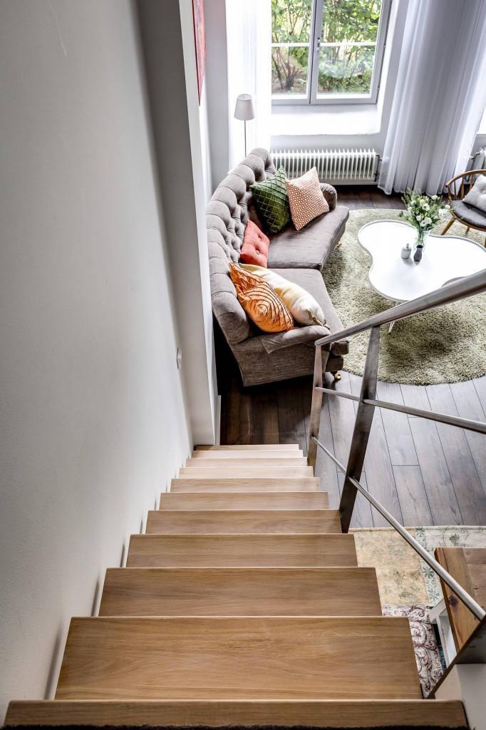 Cầu thang sát tường lên gác xép