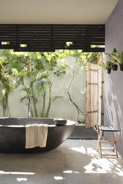 Đổi vị trí chậu cây trong phòng khách hoặc đặt một chiếc ghế xếp trong phòng tắm lộ thiên để tắm nắng sẽ mang lại cảm xúc phấn khích mới lạ, giúp cơ thể mau chóng lấy lại cân bằng