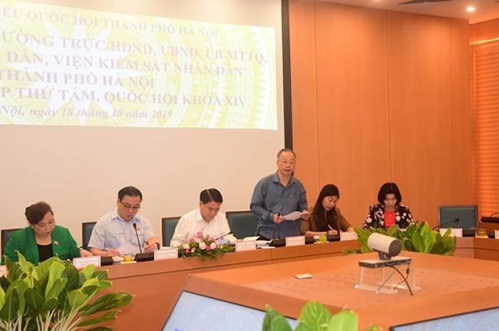 Phó Chủ tịch Thường trực UBND TP Hà Nội Nguyễn Văn Sửu báo cáo với đoàn ĐBQH Thành phố
