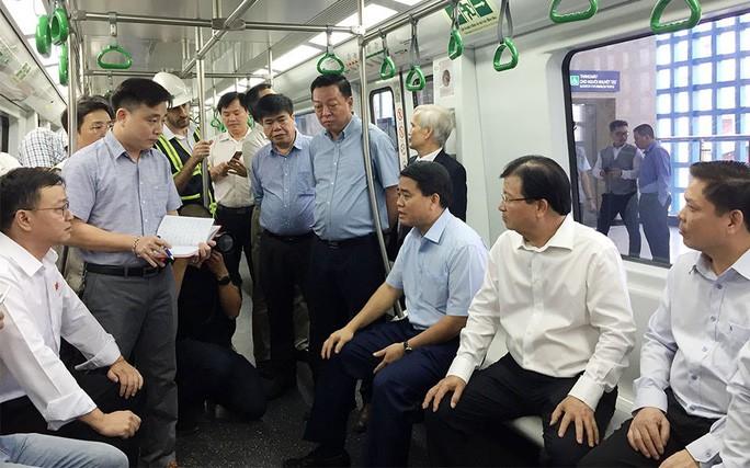 """Phó Thủ tướng Trịnh Đình Dũng """"truy vấn"""" với đại diện Tổng thầu dự án ngay trên tàu"""