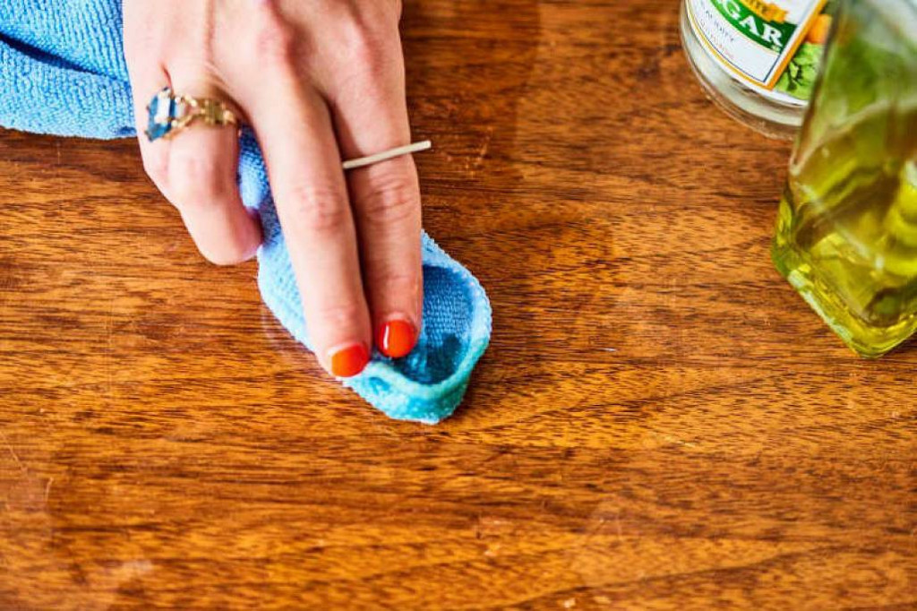 Giấm và dầu sẽ giúp tẩy sạch vết bẩn trên mặt bàn gỗ
