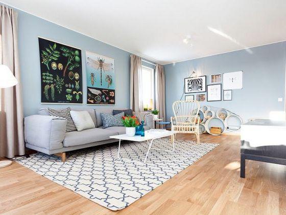 Các mặt vách nhỏ sẽ có vẻ rộng hơn nếu bạn sơn tất cả bằng một màu duy nhất. Bạn có thể dùng sơn trang trí trong nhà có độ láng bóng nhẹ nhàng, thanh thoát để giúp phát tán ánh sáng tốt hơn, nhờ đó tạo thêm độ rộng ảo cho căn phòng, hoặc sơn các gờ trang trí tường với màu khác. Điều này làm cho sàn nhà có vẻ rộng ra, nhờ đó làm cho căn phòng trông cũng rộng hơn.