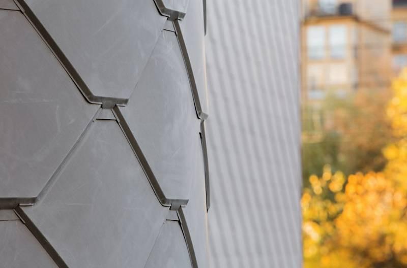 Mỗi móc nối trong hệ thống các tấm lợp kẽm đều được cố định vững chắc