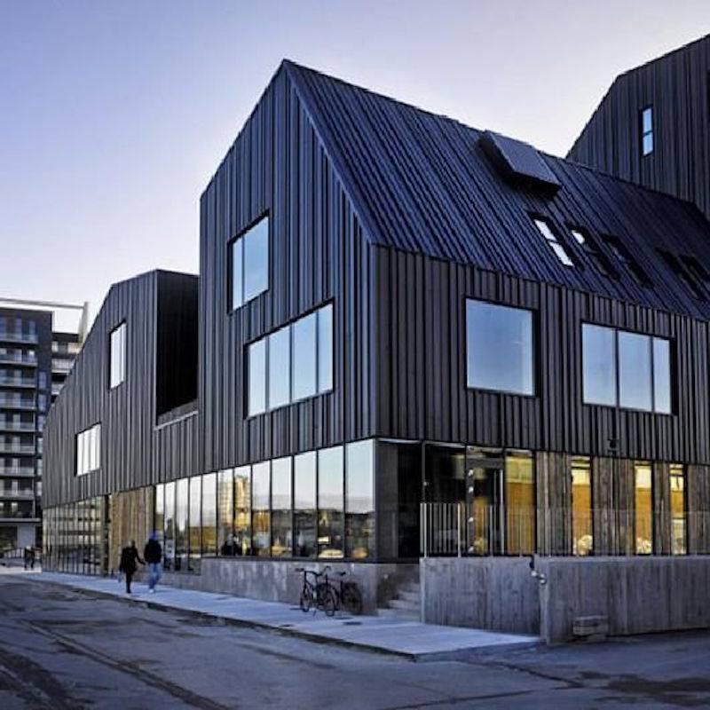 Kiến trúc sang trọng, độc đáo với phần mái nhà và tường bao bọc bằng những tấm lợp than chì