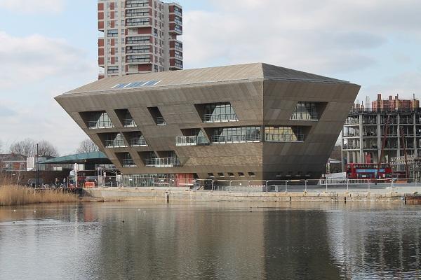 Được xây dựng bởi nhà thầu chính ISG Jackson, tòa nhà 4 tầng trị giá 14 triệu bảng Anh này được ốp bằng các tấm nhôm anot, xen kẽ với các màn kim loại treo tường lõm.