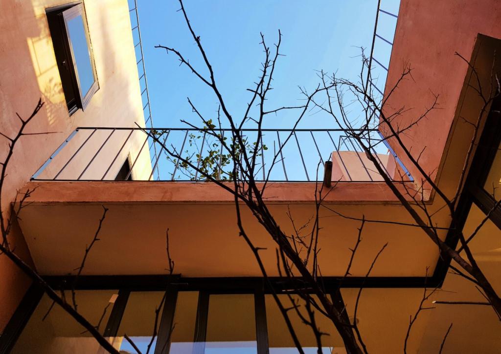 Ngoài vườn rau trên mái, ngôi nhà còn được bố trí nhiều khoảng sân ở các độ cao khác nhau.