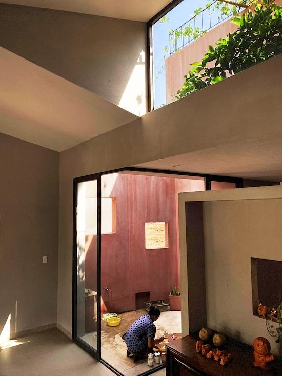 Vườn rau trên mái cũng là lớp cách nhiệt, giúp làm mát bên trong nhà. Nhờ thế, gia chủ không cần sử dụng điều hòa, ưu tiên lấy ánh sáng tự nhiên.