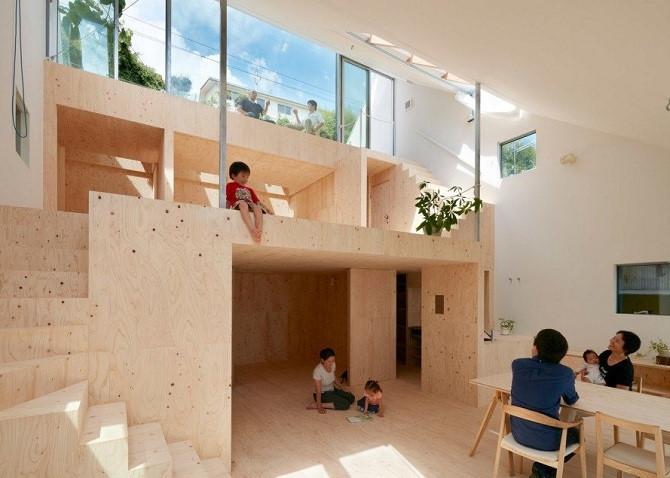 Ngôi nhà thông tầng với tường trắng, cửa kính và nội thất chủ yếu bằng gỗ giúp tận dụng tối đa không gian. Thiết kế này dù hiện đại vẫn phù hợp với gia đình có nhiều thế hệ cùng chung sống. Ảnh: Pinterest