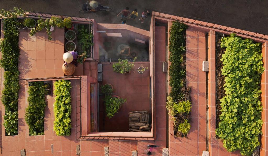 Ban đầu, hai vợ chồng cảm thấy khá lạ vì chưa bao giờ nghĩ có thể trồng trọt trên mái nhà. Sau khi hoàn thành, cả gia chủ lẫn các nông dân xung quanh đều thích thú với vườn rau trên mái.