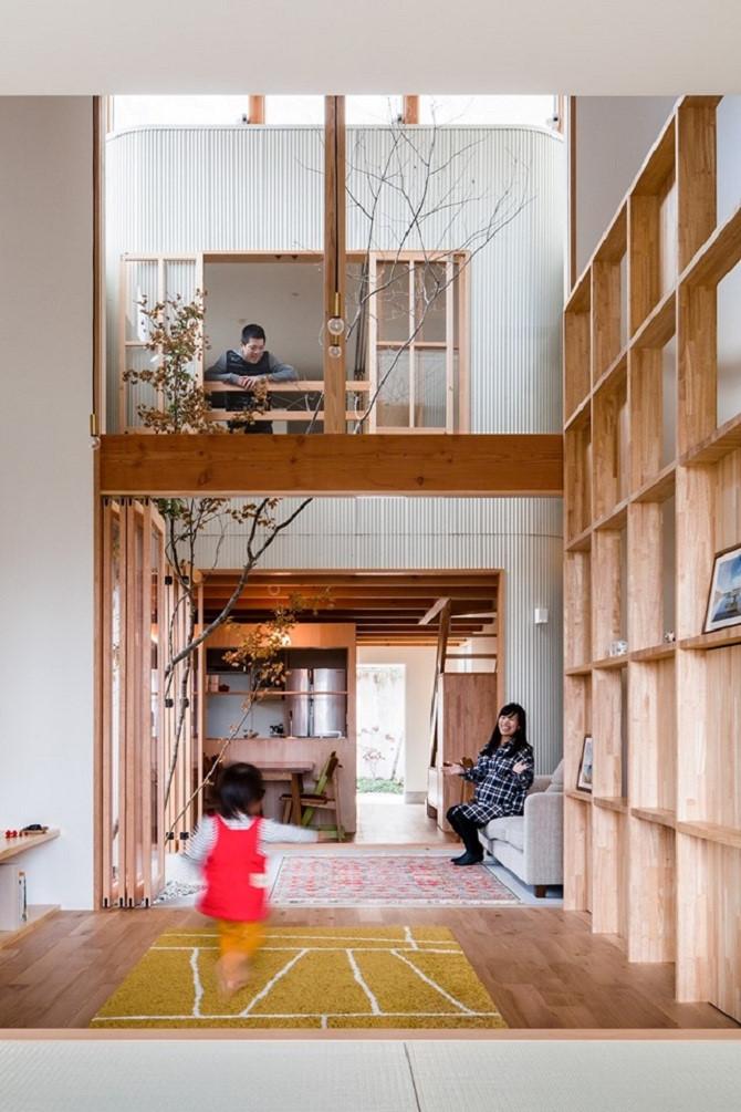 Ngoài thiết kế thông tầng, việc thay thế các bức tường cố định bằng tường kính di động cũng giúp căn nhà trở nên rộng hơn và có nhiều không gian vui chơi hơn cho trẻ em. Ảnh: Pinterest
