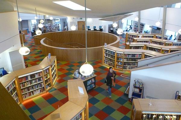 Sau cùng, Thư viện Canada Water cũng được tích hợp máy bơm nhiệt nguồn mặt đất, có dịch vụ M&E tiết kiệm năng lượng và mái nhà xanh rộng lớn. Độ nghiêng của tòa nhà cũng giúp giảm thiểu độ chói.
