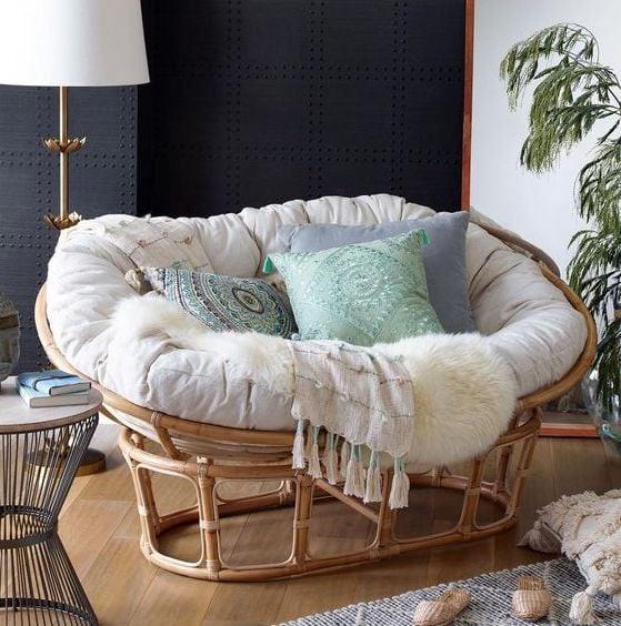Với chất liệu bằng mây, chiếc sofa này còn đem lại cảm giác êm ái, nhẹ nhàng cho người sử dụng