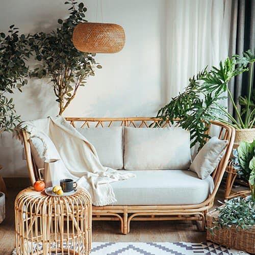 Đặt chiếc sofa mây nhà bạn bên cạnh cây xanh càng làm cho không gian phòng khách trở nên tươi mát, gần gũi với thiên nhiên hơn.