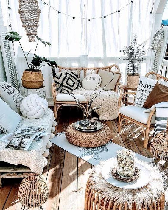 Ghế sofa thiết kế từ mây rất nhẹ có thể dễ dàng di chuyển tiện lợi cho việc dọn dẹp sắp xếp trang trí. Mỗi mùa có thể bài trí một phong cách khác nhau, mùa đông thì ấm áp...