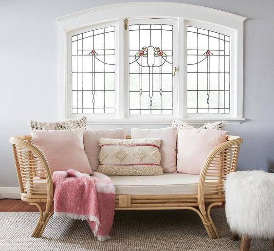 Kết hợp với những chiếc gối trang trí màu hồng sẽ làm cho căn phòng trở nên thơ mộng nhưng cũng không kém phần sang trọng
