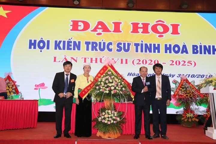 Đồng chí Bùi Đức Hinh, Phó Chủ tịch UBND tỉnh tặng hoa chúc mừng Đại hội Hội KTS tỉnh