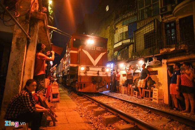 Chụp ảnh tại phố cà phê đường tàu chở thành hoạt động ưa thích của du khách thi đặt chân đến Hà Nội. Ảnh: Duy Hiệu.
