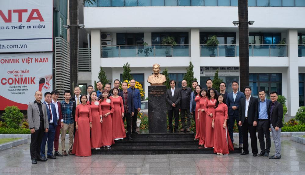 Lễ dâng hoa trước bức tượng GS. TS. NGND Nguyễn Sanh Dạn