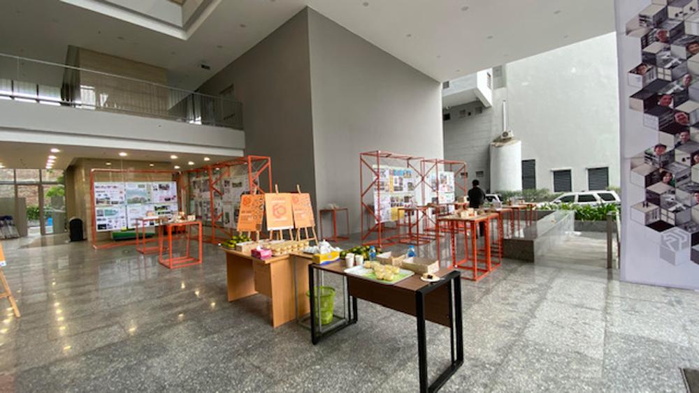 Không gian triển lãm tại sảnh nhà H3 trước giờ khai mạc lễ kỷ niệm