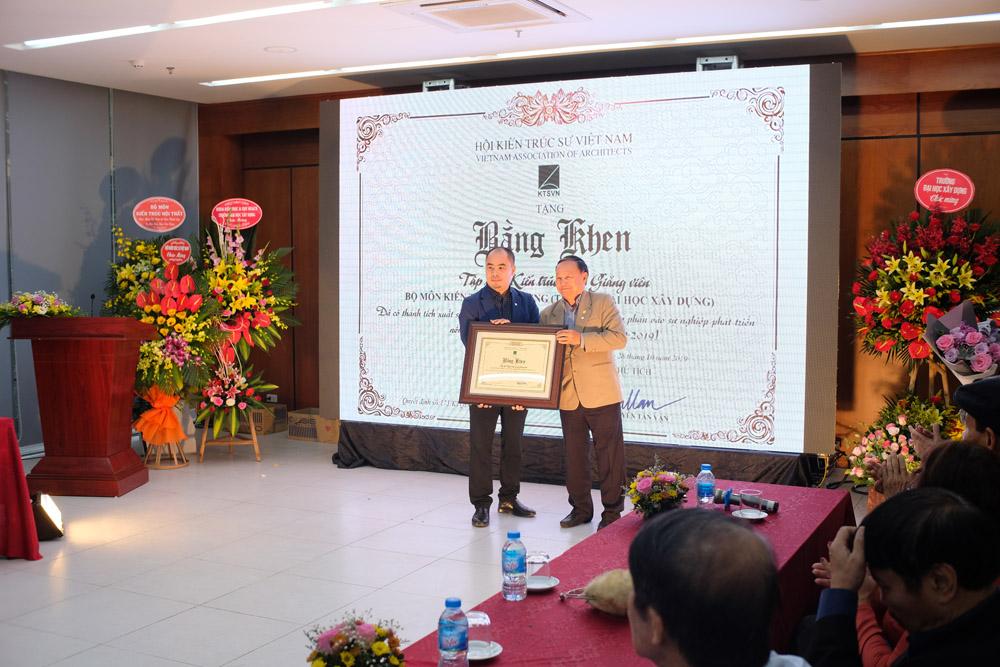 KTS Nguyễn Tấn Vạn – Chủ tịch Hội Kiến trúc sư Việt Nam trao tặng Bằng khen cho Bộ môn