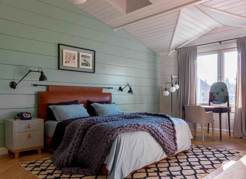 Một đầu giường giả da, ngược với tông màu sơn mát mẻ bên trên