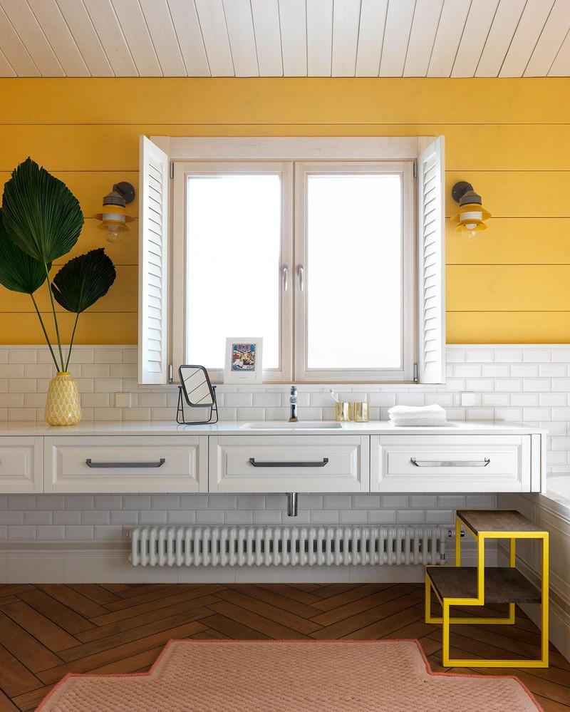 Phòng tắm màu trắng và vàng, rộng rãi, không kém phần nghệ thuật