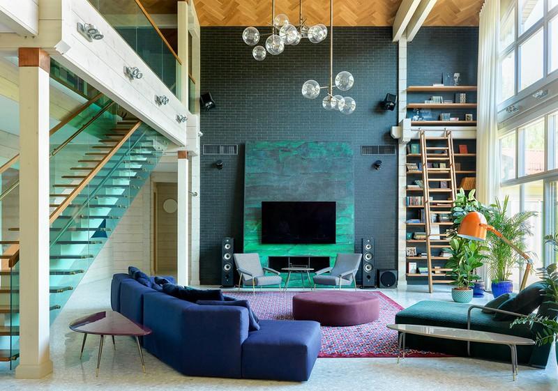 Phòng khách được sắp xếp như một bức tranh nghệ thuật với những bảng màu tự nhiên nhất gồm xanh lá, xanh dương, tím thẫm…