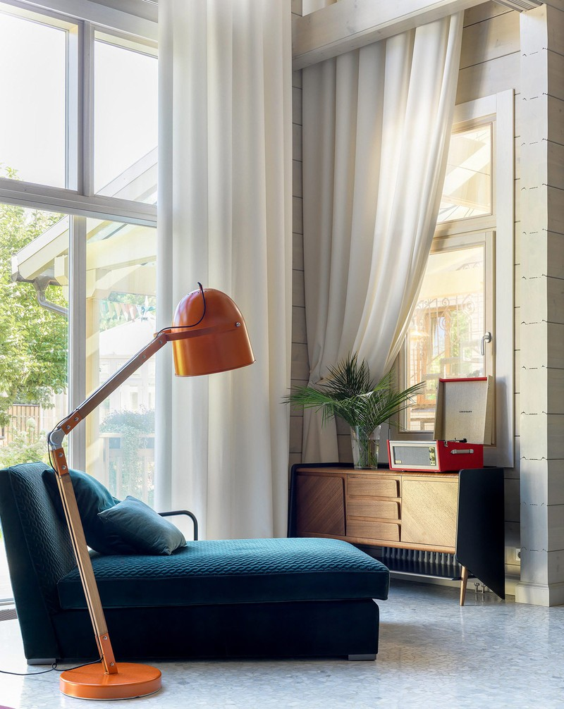 Ánh sáng từ cửa giúp cho việc trang trí nội thất bên trong thêm phần nổi bật