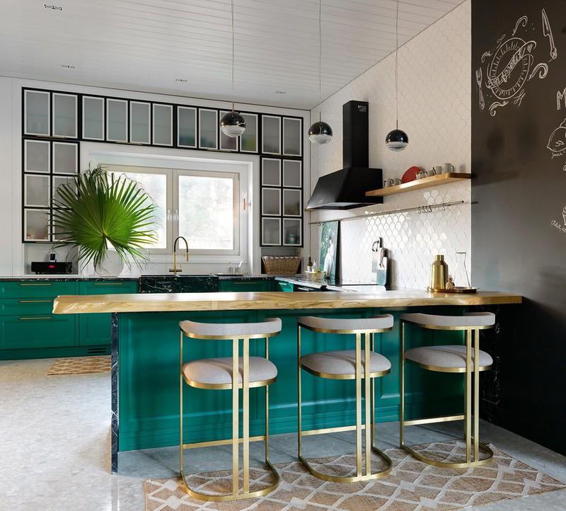 Đảo và tủ bếp màu xanh ngọc bích mới lạ