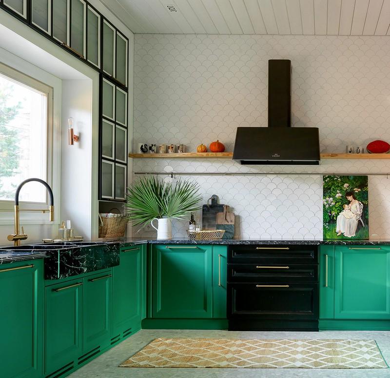 Tường nhà bếp màu xám nhạt, đối lập với tủ bếp đậm màu bên dướ