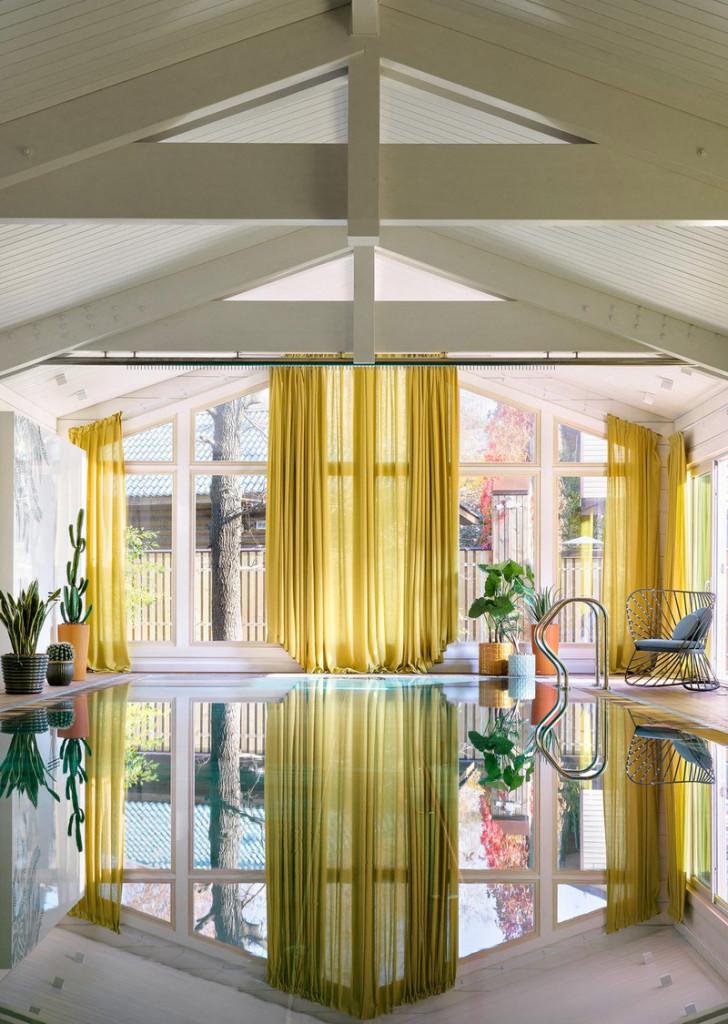 Rèm cửa màu vàng tương phản xuống khu vực hồ bơi trong nhà