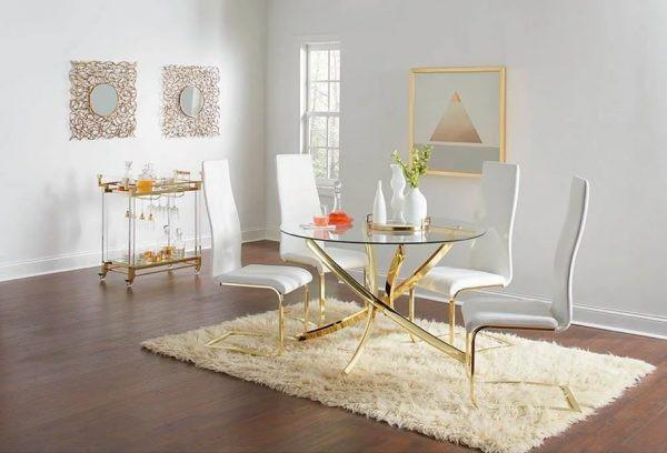 Chân bàn bằng đồng thau kết hợp với mặt kính sang trọng, giúp cho phòng ăn không quá đơn điệu và nhàm chán