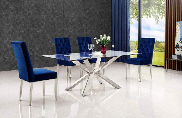 Chân bàn ăn hình ngôi sao, được mạ crôm, góp phần nâng cao tính thẩm mỹ cho căn phòng