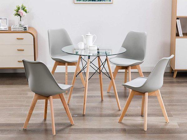Chiếc bàn ăn nhỏ, có mặt làm bằng kính cho phép ánh sáng xuyên qua, tăng cảm giác rộng rãi cho căn phòng
