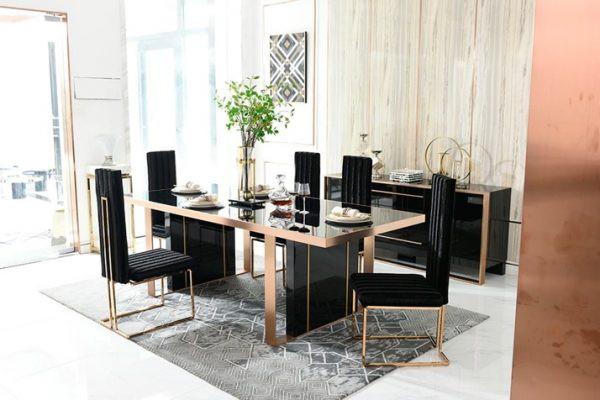 Mặt bàn và ghế ăn màu đen để phù hợp với phòng ăn mang phong cách hiện đại và sang trọng