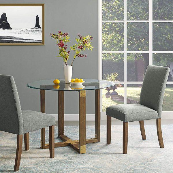 Chân bàn làm bằng gỗ sồi mang đến cảm giác ấm cúng, cân bằng với mặt bàn làm bằng kính