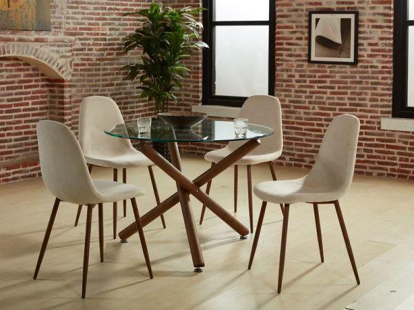 Chân bàn tạo thành thế vòng kiềng vững chãi, nâng đỡ mặt bàn bên trên. Dưới chân còn có đế để tránh làm xước mặt sàn trong khi di chuyển