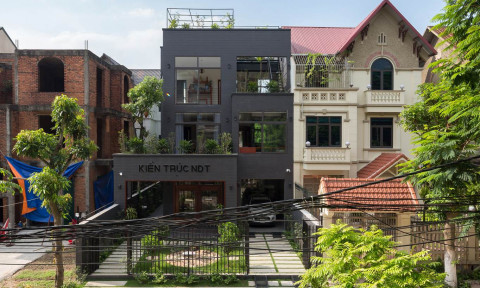 LTTD House có mặt tiền được phủ đá tự nhiên màu tối hài hoà với thiên nhiên