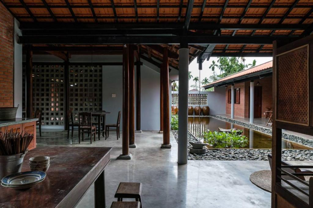 Không gian bếp và phòng ăn là khu vực chuyển tiếp giữa gian thờ và khu nhà ở.