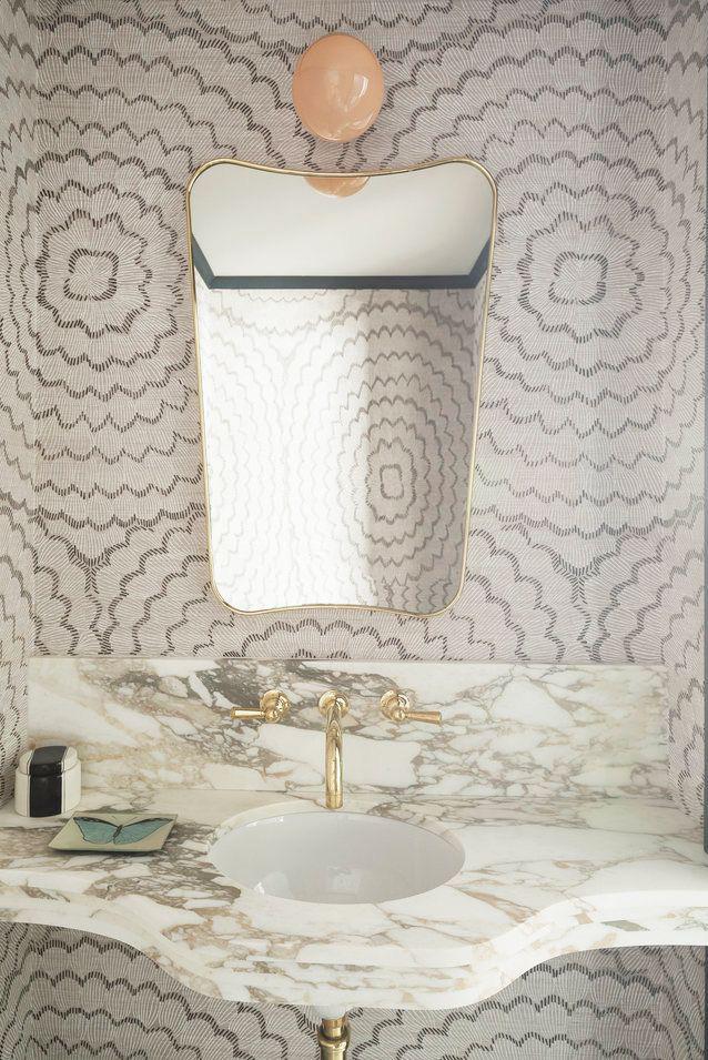 Hình nền nhẹ trong phòng tắm bởi Studio DB đem lại cảm giác ngọt ngào và thoáng mát